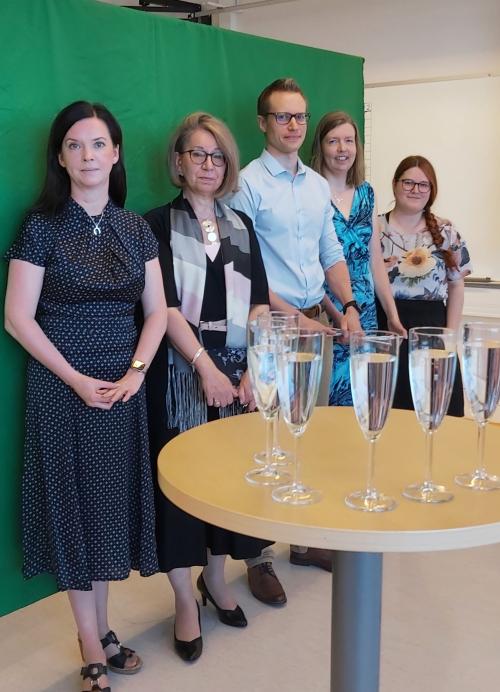 Opettajat green screenin edessä valmistautumassa etälakitukseen